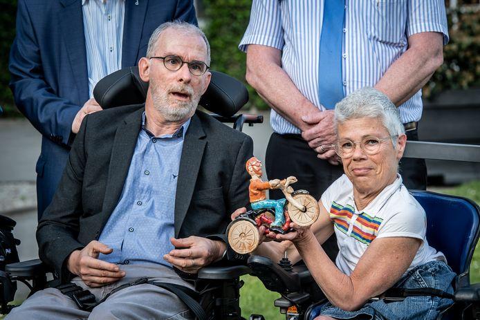 Gaston Vanpeteghem en zijn vrouw Els Durieu met het beeld.