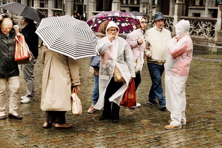 Uitgeregende wandelaars in Brussel. Beeld Eric de Mildt