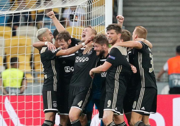 Het elftal van Ajax viert de overwinning op Dynamo Kiev. Beeld EPA