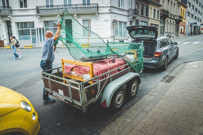 Een nieuw bedje voor op kot: deze vader helpt een handje bij het verhuizen.
