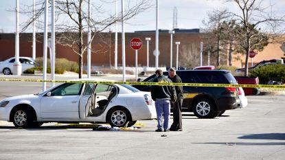 Peuter (3) schiet per ongeluk zwangere moeder neer met pistool van vader