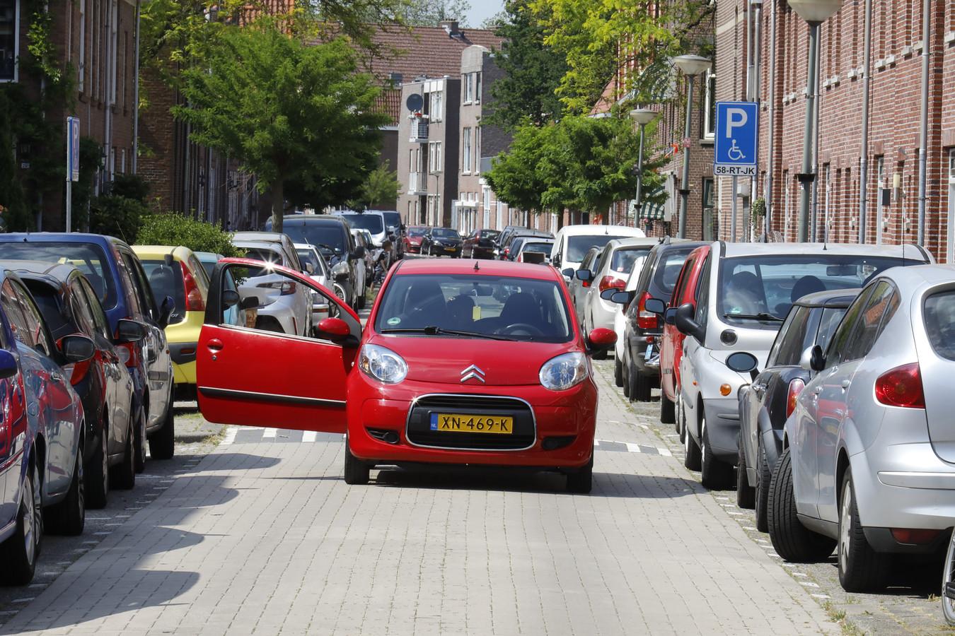 Parkeren in Schiedam-West is soms een lastige opgave. Het is er altijd druk.