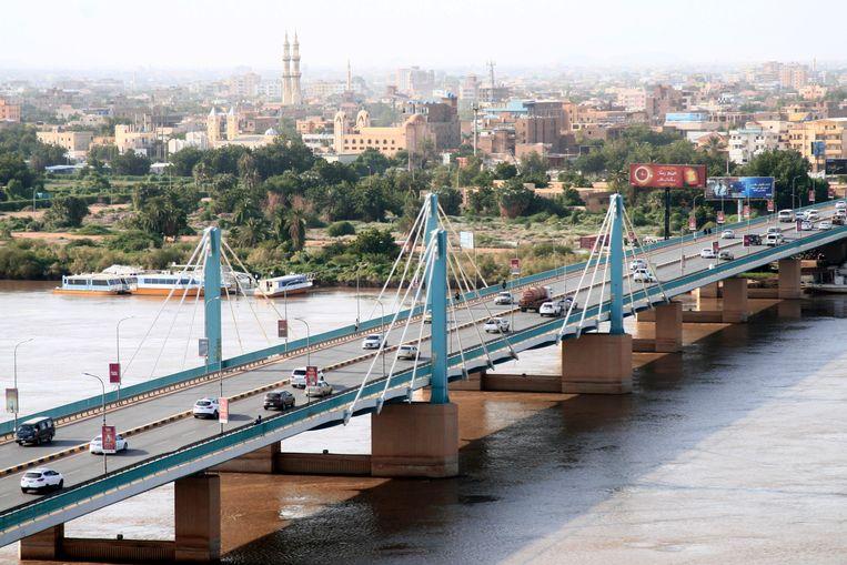 Coupplegers probeerden afgelopen dinsdag de brug over de Nijl tussen de tweelingsteden Khartoem en Omdurman in te nemen. Inmiddels is er weer normaal verkeer mogelijk over deze hoofdader in Soedan.  Beeld EPA