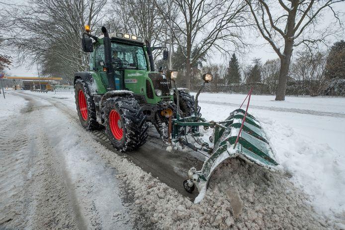 Sneeuwschuiven op fietspad, hier in Eindhoven.
