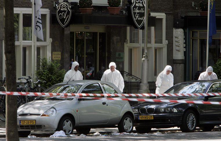 De technische recherche verricht sporenonderzoek bij het kantoor van vastgoedhandelaar Willem Endstra aan de Apollolaan in Amsterdam in 2004.  Beeld ANP