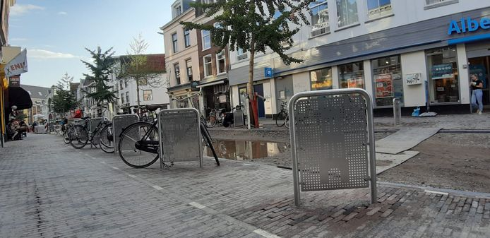 De nieuwe 'fietsnietjes' op de Voorstraat.