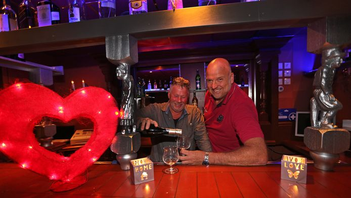 Jos Kellner (l) en Johan Hoftijzer hebben seksboerderij Huize Sonja laten opknappen en openen volgende week de deuren.