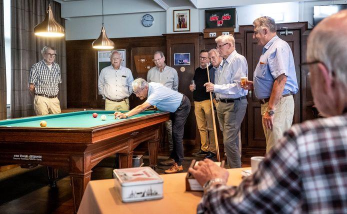 Biljarten bij Sociëteit Gezelligheid bestaat 150 jaar.  Vijfde en zesde van links: bestuurslid Ton Janssens en voorzitter Jan Martens.