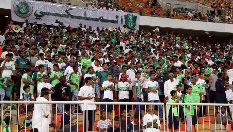 Al-Ahli supporters in het Koning Abdullah Stadion. Beeld null