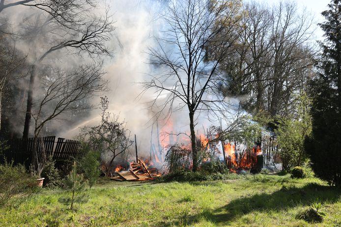 Een tuinhuis in Wapenveld is dinsdagochtend volledig uitgebrand.
