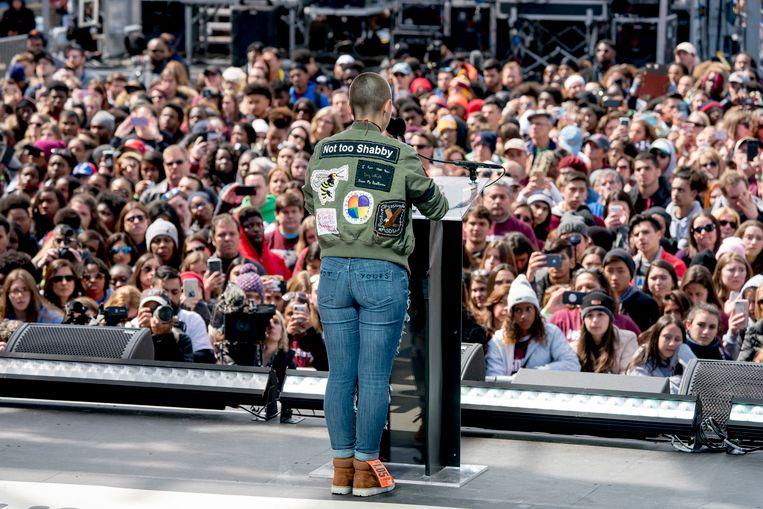 Emma González spreekt een menigte toe tijdens