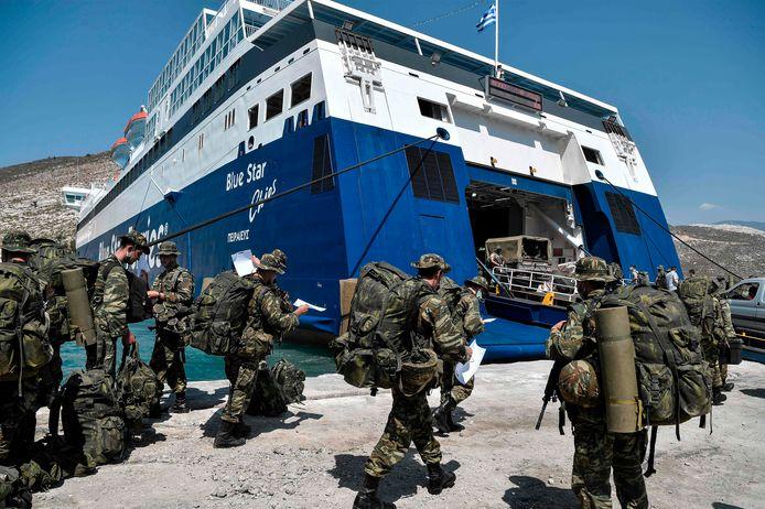 Soldats grecs sur l'îlot disputé de Kastellorizo