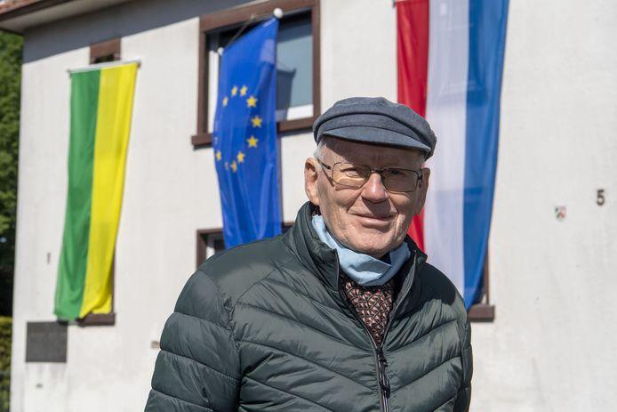 Gronau en Glanerbrug hangen de vlag uit voor Hollandse bevrijding.  Hier Heinz Krabbe toen hij vorig jaar de vlag ophing bij de oude synagoge.