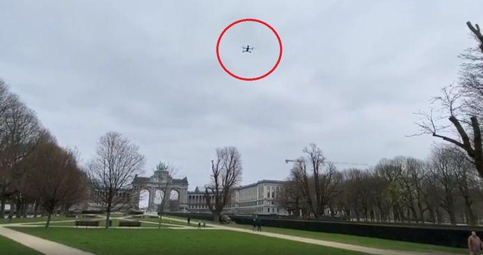 De drones zenden een audioboodschap in drie talen uit om iedereen te herinneren aan de noodzakelijke maatregelen van social distancing.