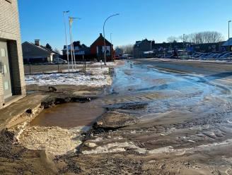 Gesprongen waterleiding langs Provincieweg veroorzaakt spekglad kruispunt en metersdiep zinkgat