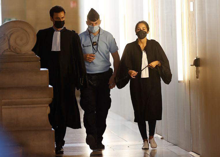 Olivia Ronen en Martin Vettes, de advocaten van Salah Abdeslam, arriveren in de rechtbank. Beeld EPA