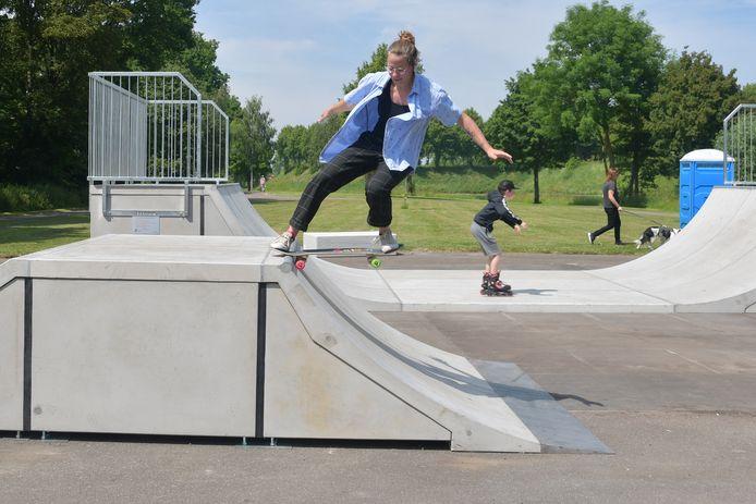 Vasudhara de Moor met een mooie actie op de nieuwe skatebaan in Hulst. In de achtergrond Devlin de Grave op zijn skates.