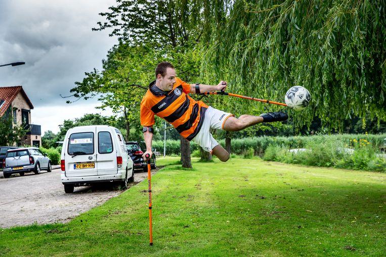 Wesley van Ingen:  'Krukken zijn te belastend voor mijn linkerbeen en schouders. Dus heb ik een blade nodig.' Beeld Jean-Pierre Jans