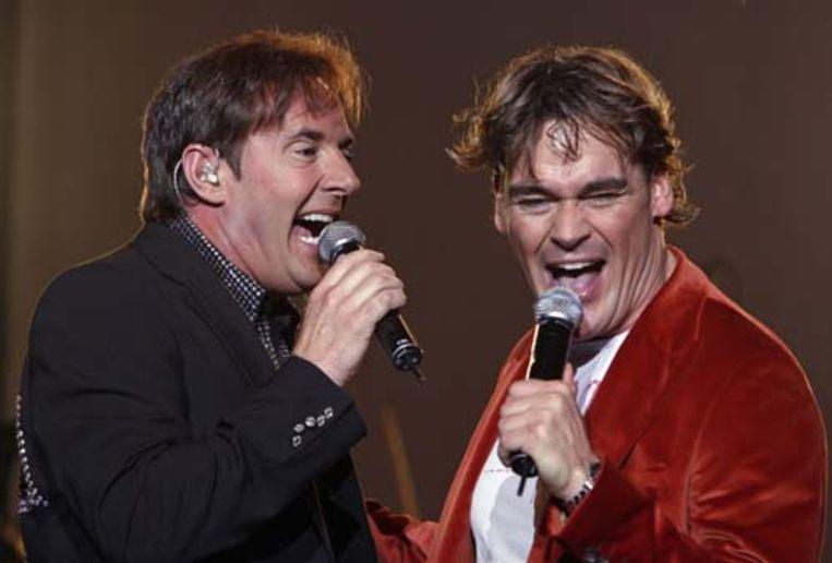 Jeroen van der Boom (R) neemt de plaats in van Gerard Joling (L) in de Toppers. Daarmee zijn de jubileumconcerten en de deelname aan het Eurovisie-Songfestival gered. (ANP) Beeld Kippa