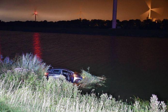 De nog slechts enkele maanden oude auto raakte bij het ongeval vermoedelijk totaal vernield.
