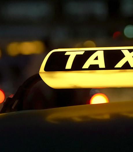 Klant probeert taxichauffeur te wurgen tijdens rit bij 70 km/u