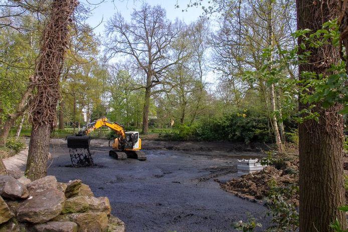 De grondwerken aan de vijver in het gemeentepark van Kapellen moeten ervoor zorgen dat de vijver het water beter kan vasthouden