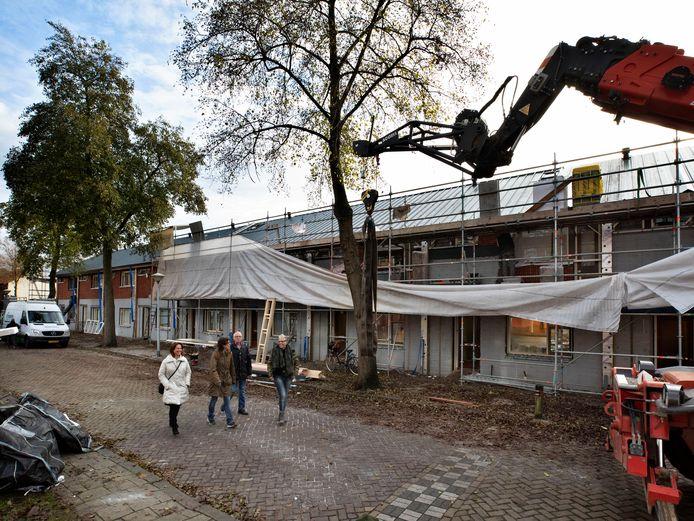 Ingrid van Erven en Emmylou Aben van woningcorporatie 'Thuis en Martie Sanders en Briggitte Kordalski-Vervoort van de klankbordgroep bij de renovatie van de proefwoningen in 't Ven in Eindhoven.
