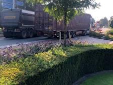 Vrachtwagenchauffeurs negeren omleiding: verkeerschaos in dorpskern Wanroij