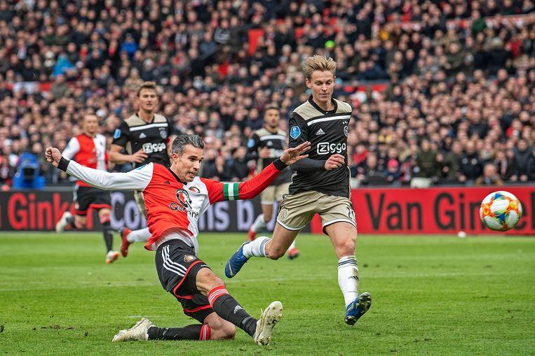 Het hoogtepunt van de eerste rentree van Robin van Persie. Hij scoort in 2019 met rechts bij Feyenoord -Ajax. Feyenoord won toen met 6-2.  Beeld Foto Guus Dubbelman / de Volkskrant