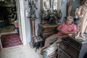 De eigenaar van een antiekwinkel in Lommel. ,,De meeste spullen komen uit Lommel. Bij overlijden bellen ze mij.''