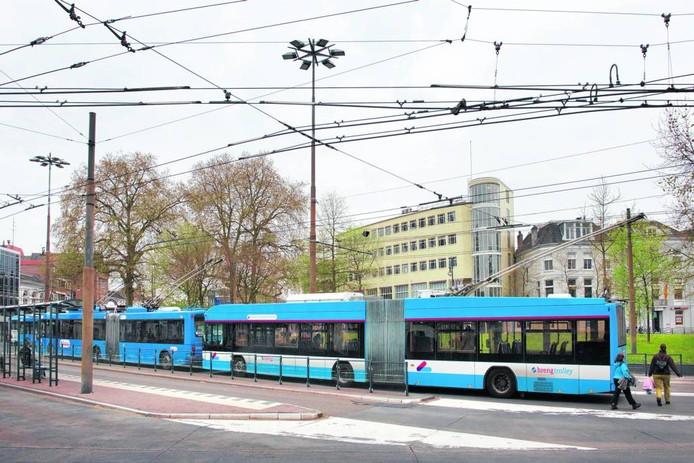Trolleybus op het Willemsplein in Arnhem. Foto Marc Pluim