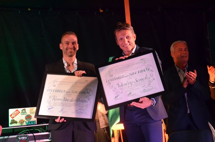 Kevin Van der Perren en Wesley Sonck met hun oorkonde als ereburgers van Ninove tijdens in inhuldiging.