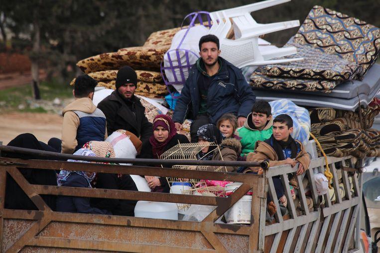 Duizenden Syriërs vluchten richting de Turkse grens door de opmars van Syrische regeringstroepen.