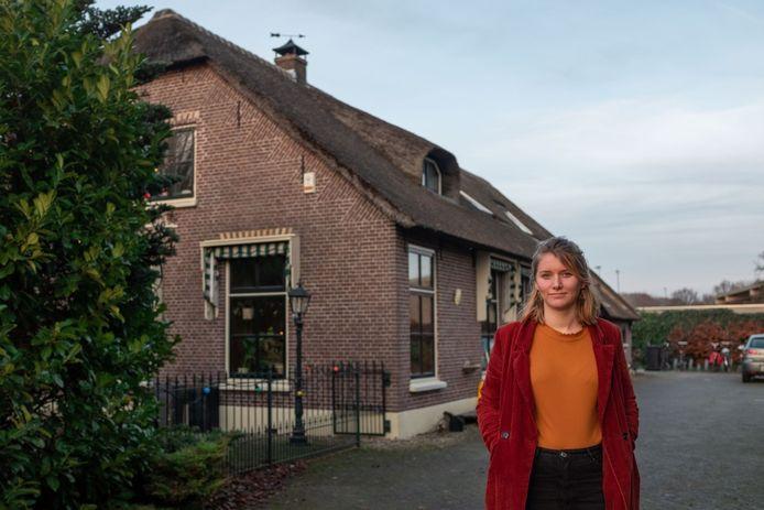 Ellen Ootes voor haar nieuwe huis, een grote woonboerderij die ze met haar vrienden heeft gekocht.