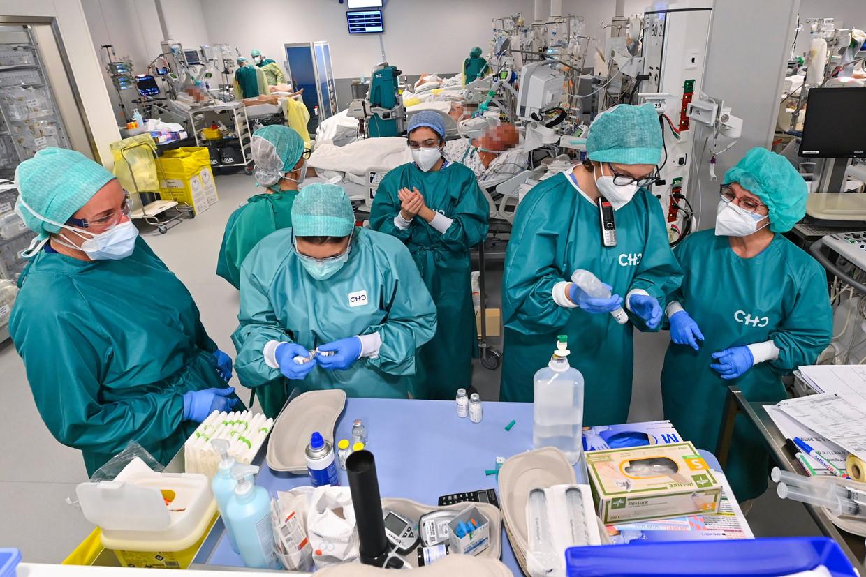 De afdeling intensieve zorg van het CHC MontLegia-ziekenhuis in Luik. Op dit moment liggen in de Belgische ziekenhuizen alles samen zo'n 200 covidpatiënten die intensieve verzorging nodig hebben, zo'n 10 procent van de maximale capaciteit.  Beeld Photo News