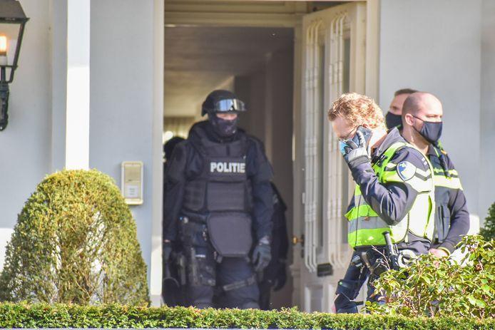 Zwaarbewapende agenten hebben het pand in Oosterbeek doorzocht.