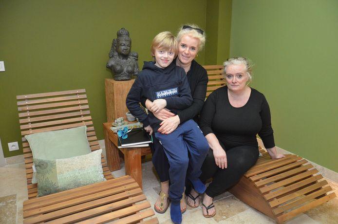 Sylvie en Sophie Kint van massagesalon Karma & Ojas geven gratis massages aan familieleden van kankerpatiënten.