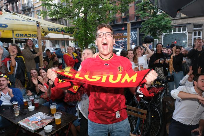 Een supporter op een plein in Sint-Gillis (Brussel), tijdens de match tegen Portugal.
