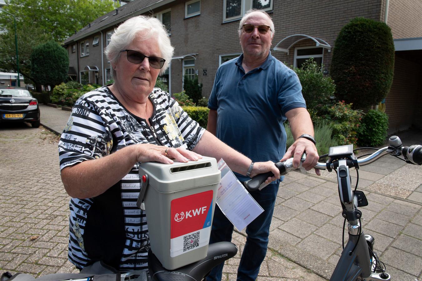"""Henny en André van Dijk. Henny heeft inmiddels een nieuwe collectebus. ,,Als ik tot  volgend jaar wacht, durf ik misschien niet meer."""""""