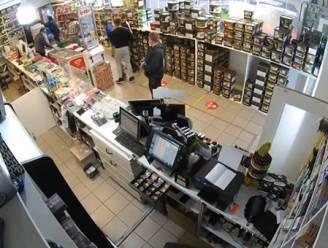 VIDEO. Uitbater Tabak Shop geeft overvaller klap op het hoofd met klapstoel: dader moet zonder buit afdruipen