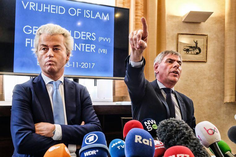 De rechts-populistische politicus Geert Wilders en Vlaams Belang-kopstuk Filip Dewinter kort na het verbod op hun 'islamsafari' door Molenbeek. Beeld Tim Dirven