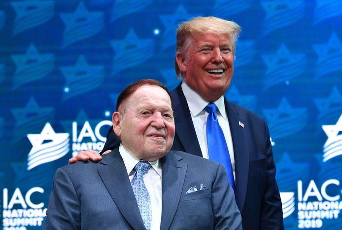 Sheldon Adelson en Amerikaans president Donald Trump op de Israeli American Council National Summit 2019.  De casinomagnaat was een van de pleitbezorgers om de Amerikaanse ambassade van Tel Aviv te verhuizen naar Jeruzalem, wat effectief in 2018 gebeurde.