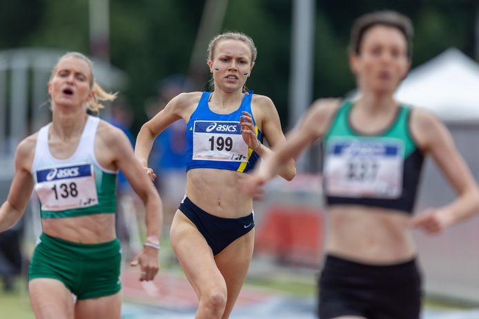 Emmy van den Berg (startnummer 199) voor haar club Prins Hendrik op de 800 meter bij het NK Teams.