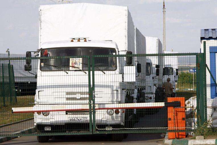 De vrachtwagens zijn op weg naar Loehansk, dat in handen is van de rebellen. Rusland heeft gewaarschuwd dat het konvooi niet gehinderd mag worden. Moskou beschuldigt Oekraïne ervan dat het de wagens bij de grens dagenlang met smoesjes heeft tegengehouden. Beeld afp