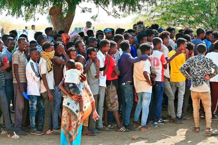 Ethiopiërs die het conflict zijn ontvlucht in hun land, komen aan in Soedan. Beeld AFP