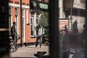 Ondanks samenscholingsverbod, hangen er met name rond coffeeshop The Edge / Van Lochemstraat en Noorderhagen veel dealers rond op straat.