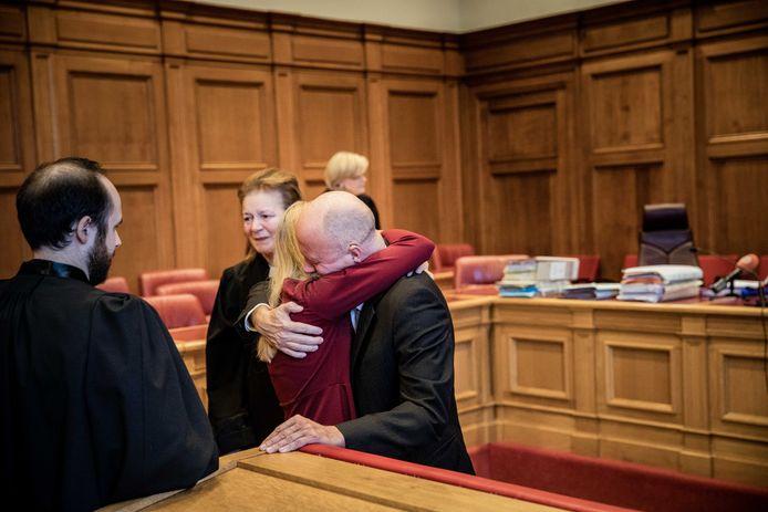 Kris Permentier valt na de uitspraak in de armen van zijn dochter.
