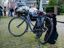 Jonge fietsster vliegt meters door de lucht na aanrijding met taxi en belandt tegen boom in Tilburg
