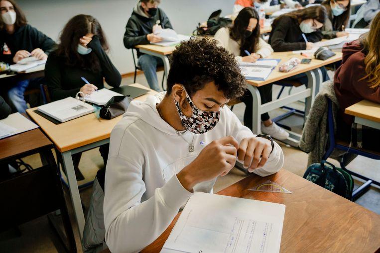 Leerlingen in het GO! Lyceum Gent volgen les met mondmaskers. Beeld © Eric de Mildt