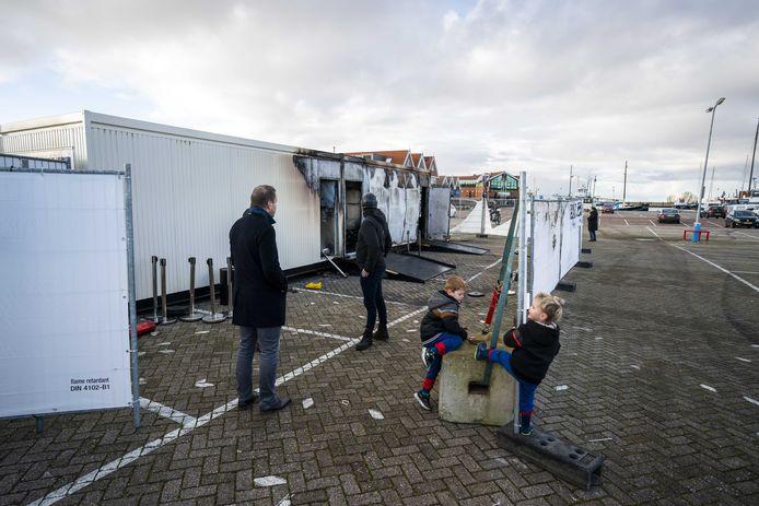 Brandschade bij de coronateststraat van de GGD op het haventerrein, waar tientallen jongeren protesteerden na het ingaan van de avondklok.